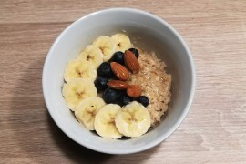 Porridge di avena con banana e mirtilli
